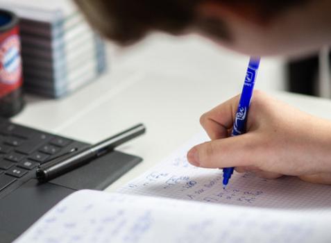 Pflicht zum Präsenzunterricht bis zu den Osterferien ausgesetzt mit Ausnahme der Abschlussklassen